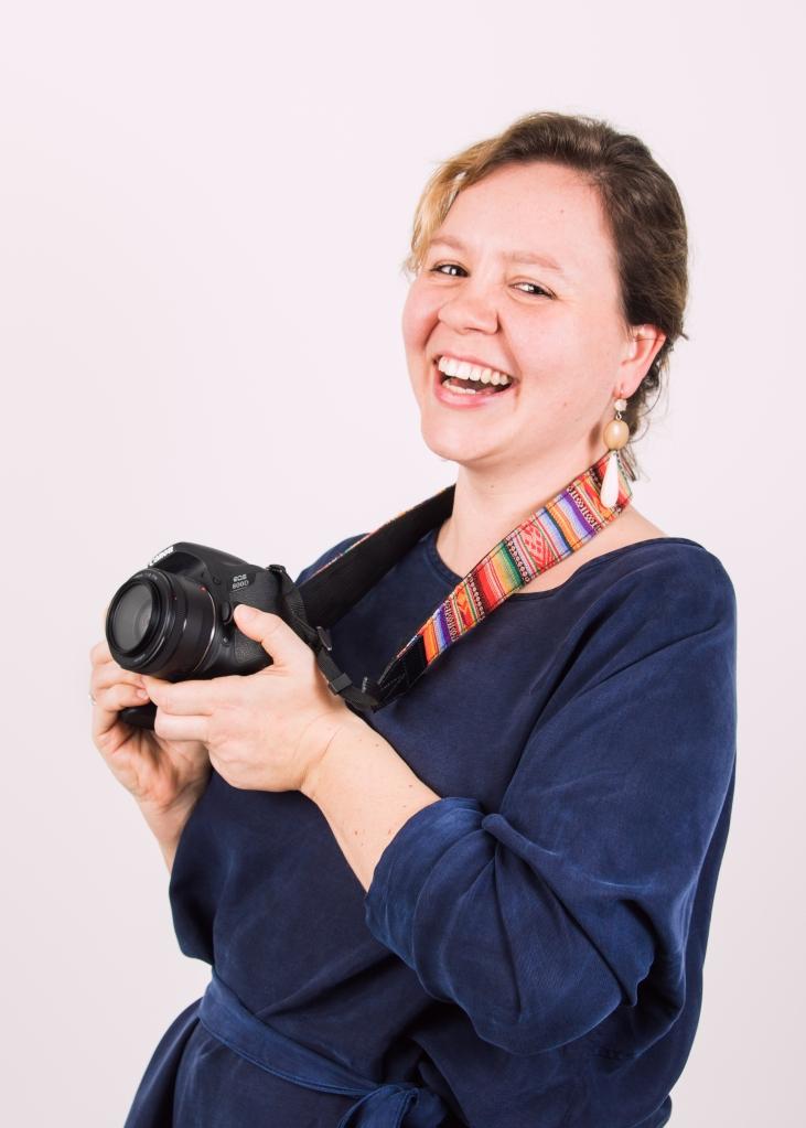 vrolijke fotografe